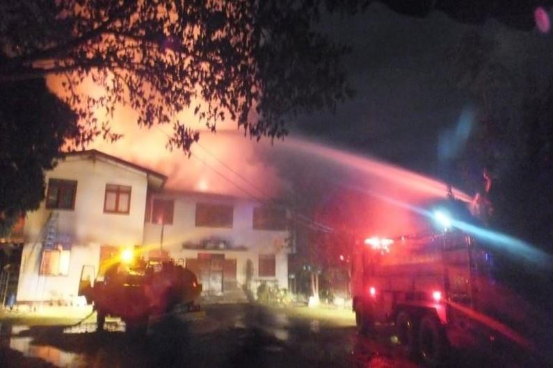 L'école Pitakiatwittaya en feu en Thaïlande. Crédit : Capture d'écran Facebook de l'école Pitakiatwittaya.